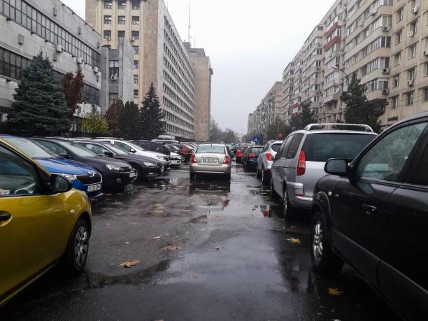 Autos, die an einem regnerischen Tag in Bukarest, Rumänien, 2019 auf der Straße geparkt sind – Foto