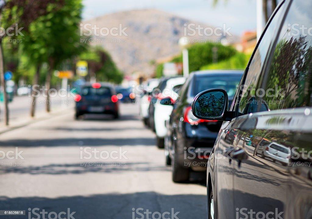 Geparkte Autos auf der Straße. – Foto
