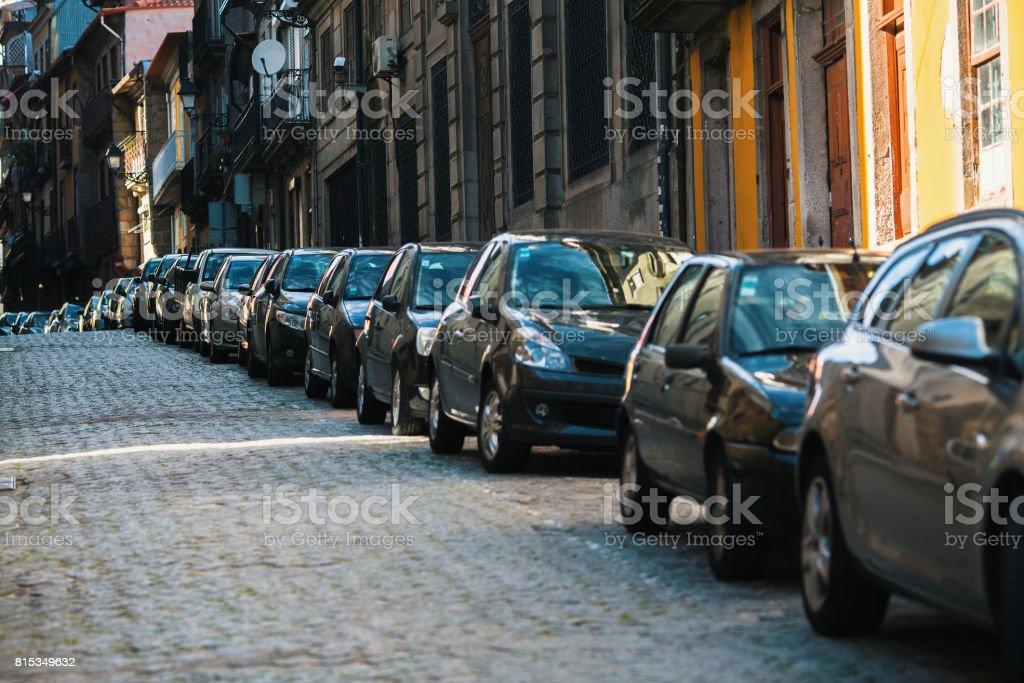 Coches aparcados a lo largo de las calles de la ciudad vieja. foto de stock libre de derechos