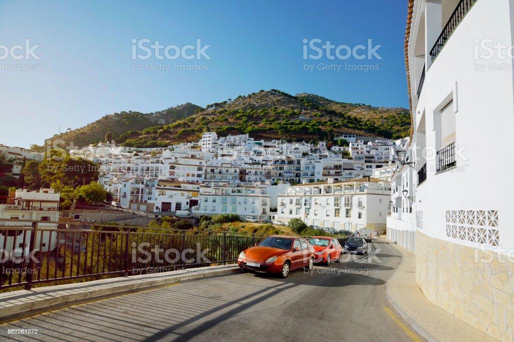 Coches aparcados en la carretera en la aldea blanca - Foto de stock de Aire libre libre de derechos