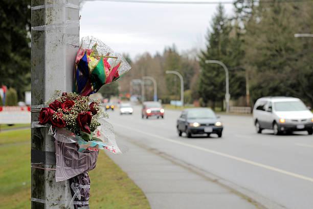 autos fahren sie am straßenrand memorial unfall motiv - zorn tod und regen stock-fotos und bilder