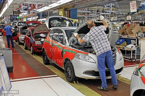 657996382 istock photo Cars production line 636749862