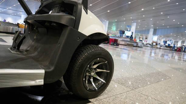 Golf voiturette ou voiture à l'aéroport International de service. - Photo