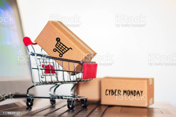 Carton Box And And Trolley On Laptop Computer Online Shopping And Cyber Monday Shopping Concept — стоковые фотографии и другие картинки Бизнес