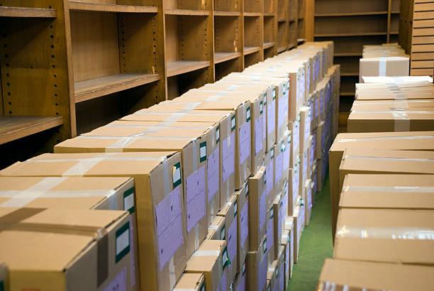 Boîtes en Carton dans le vide bibliothèque - Photo