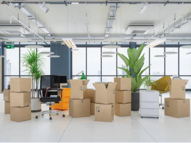 Kartons im leeren Büro. Verschieben von Office-Konzepten. – Foto