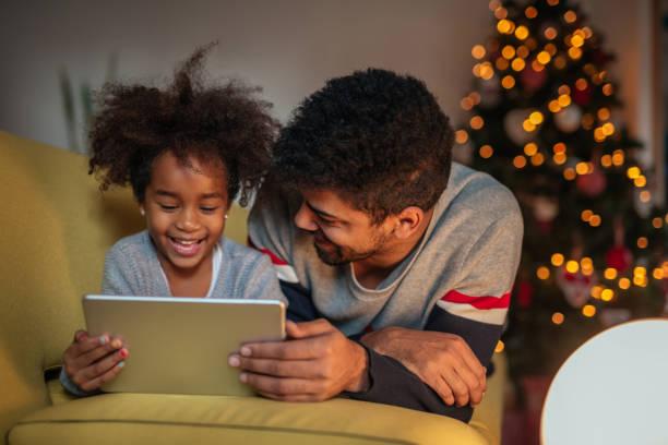 cartoons sind spaß - kinder weihnachtsfilme stock-fotos und bilder