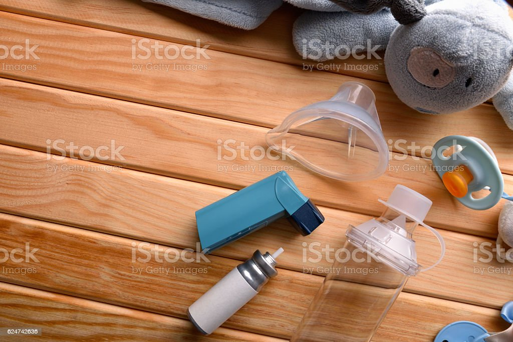 Cartridge inhaler and chamber and mask parts pediatric on wood - foto de stock