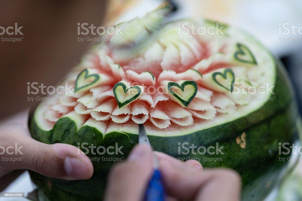 刻まれたフルーツは、ステップを示します。タイ。 - カラー画像のロイヤリティフリーストックフォト