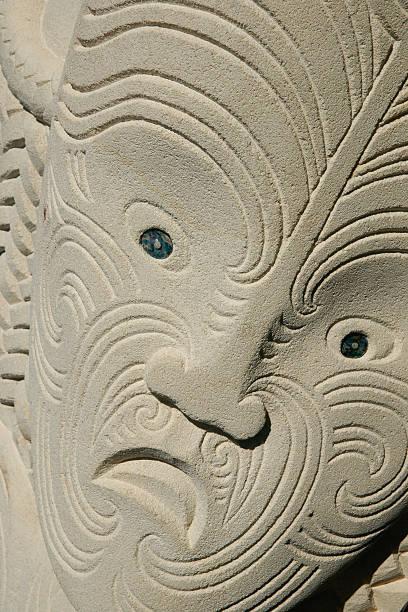 geschnitzte einheimische kopf in sanstone. - shell tattoos stock-fotos und bilder