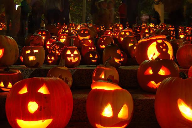 abóboras esculpidas iluminadas - lanterna de halloween - fotografias e filmes do acervo