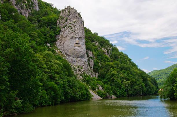 Geschnitzte Porträt von Dacian Decebal mit king-Size-Bett und Blick auf die Donau – Foto