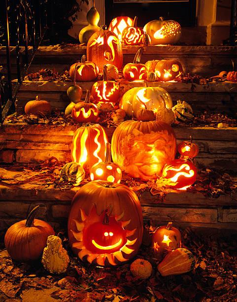 Geschnitzte Kürbisse und Herbst Blätter auf Schritte zu House – Foto