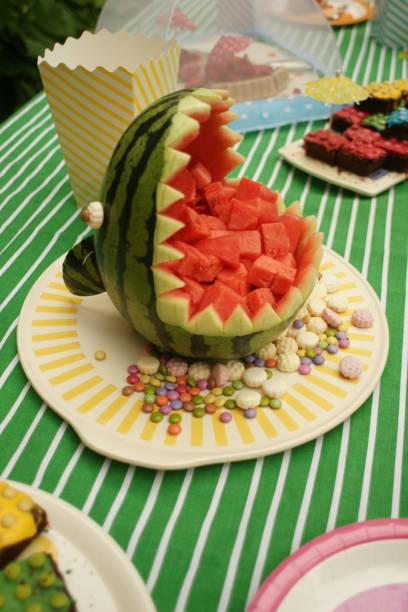 geschnitzte hai einer wassermelone - melonen hai stock-fotos und bilder