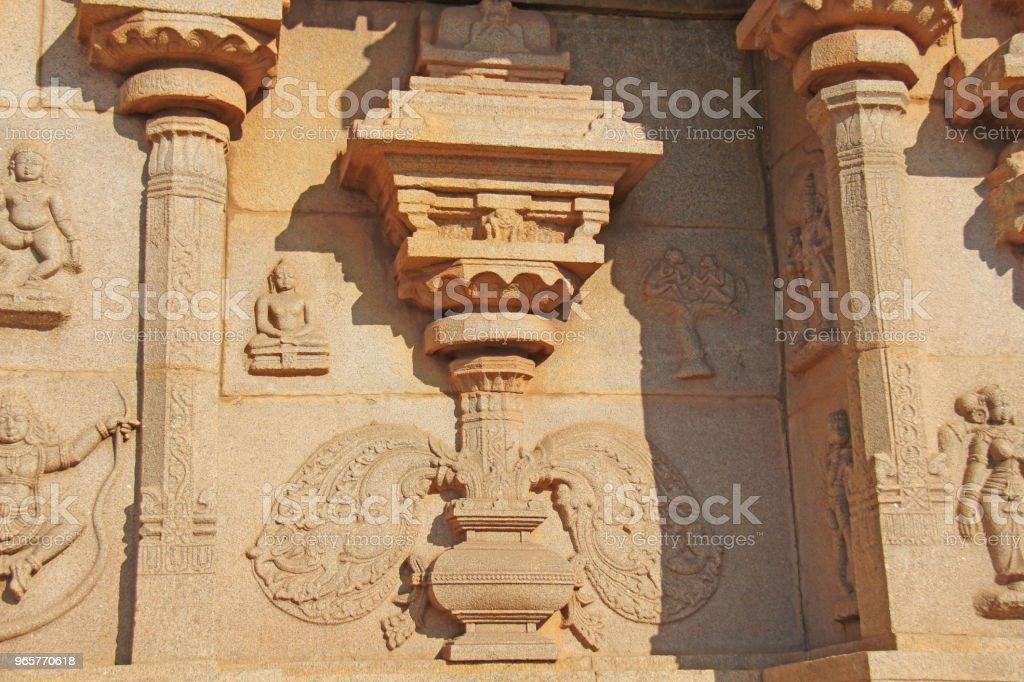 Carving details op de buitenste muur van Hazara Rama tempel. Hampi, Karnataka, UNESCO. Indiase God snijwerk steen - Royalty-free Antiek - Ouderwets Stockfoto