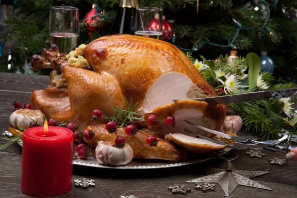 carving rustic style christmas turkey - turkey zdjęcia i obrazy z banku zdjęć