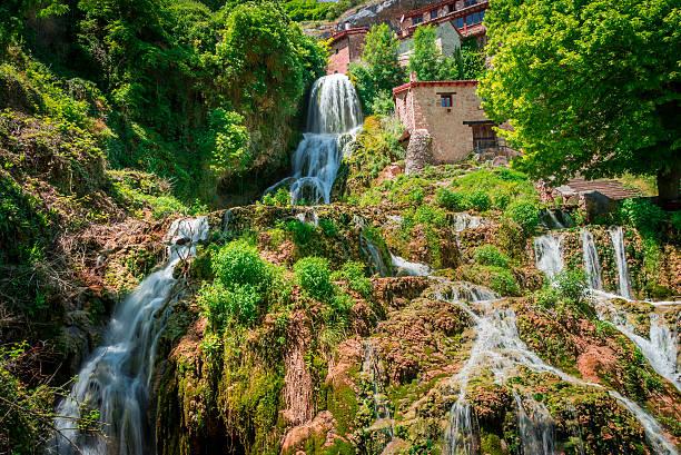 cascade of orbaneja del castillo in spring - burgos fotografías e imágenes de stock
