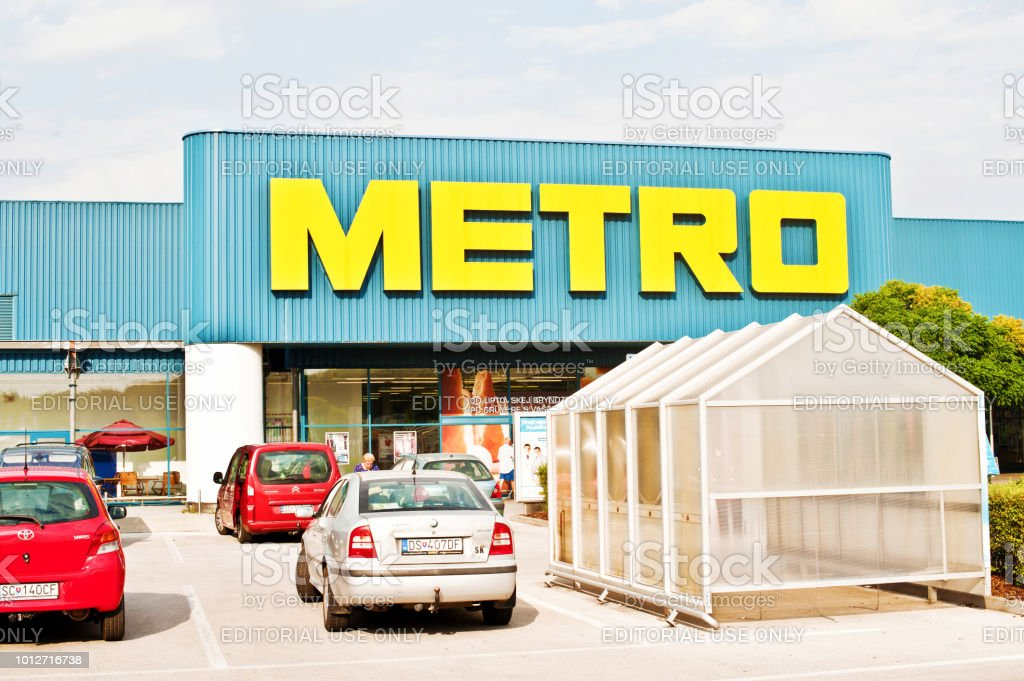 Metro Cash Carry Sbwarenhaus In Bratislava Slowakei Stockfoto Und