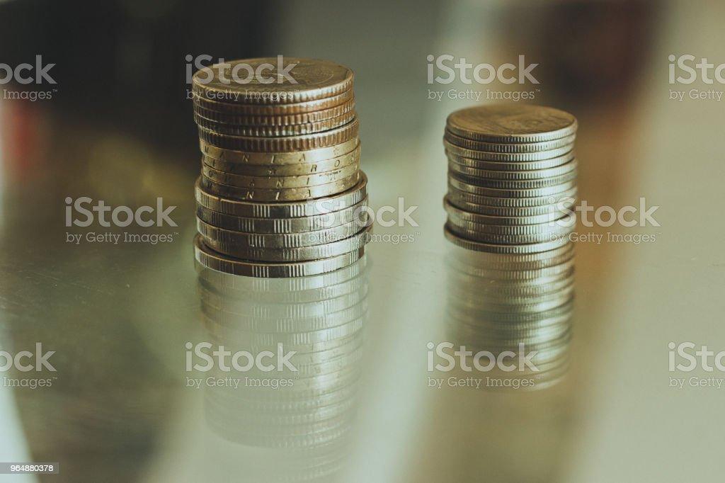 現金, 硬幣折疊成一列。 - 免版稅付錢圖庫照片
