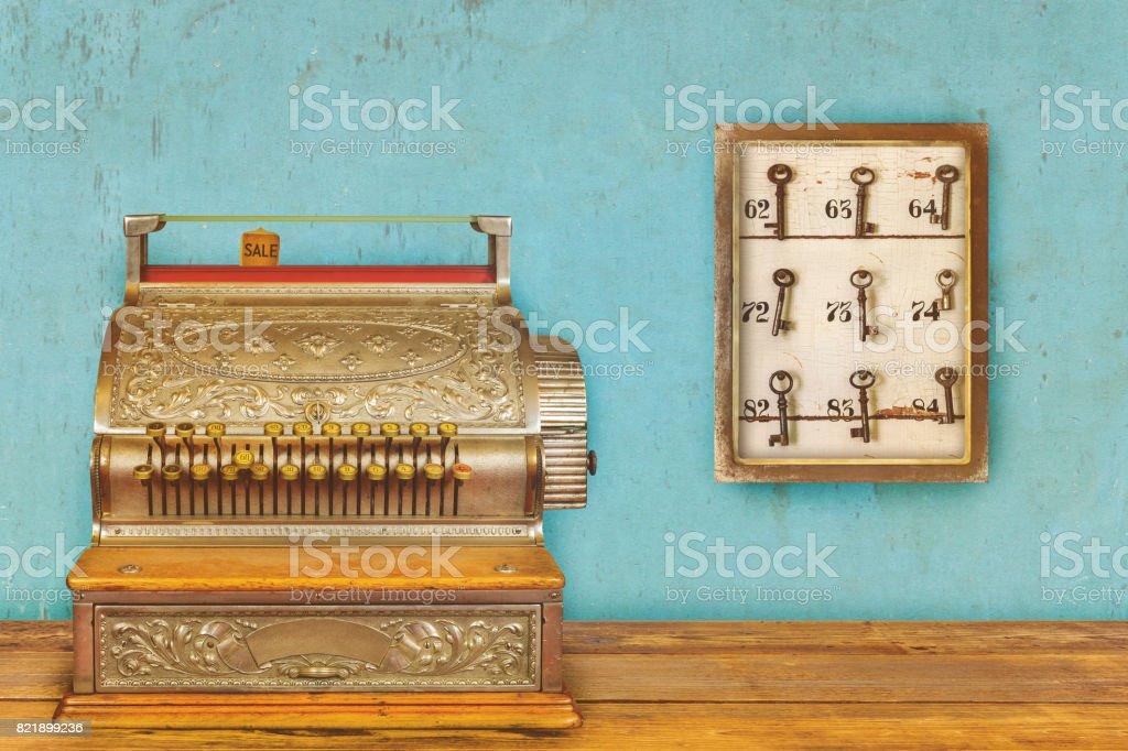 Caixa registradora e armário com chaves de hotel e números de sala - foto de acervo