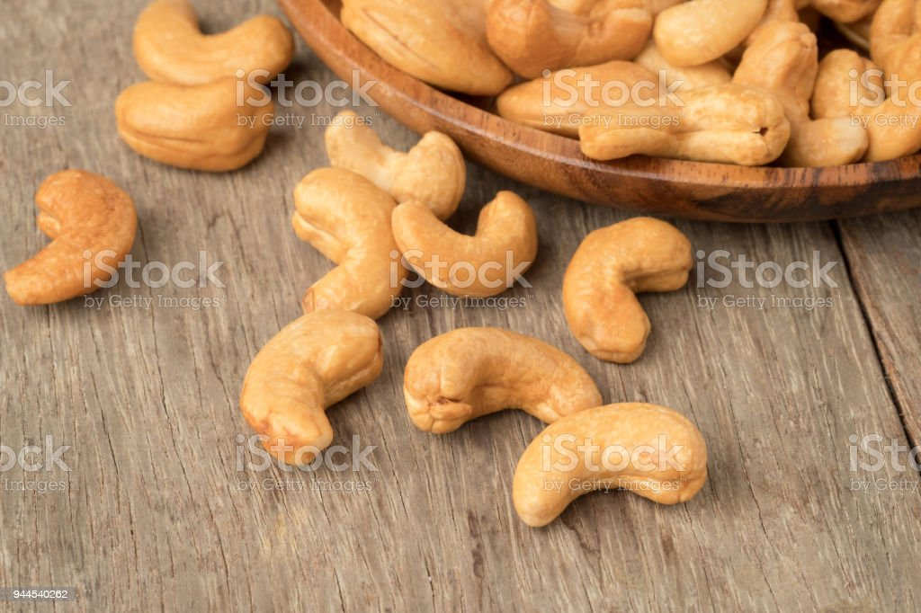 Cashew nuts in wooden bowl  on woden table. - foto stock