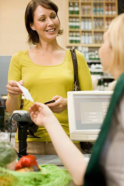 kassierer ausführender kassenbeleg für den kunden - kassenbon stock-fotos und bilder