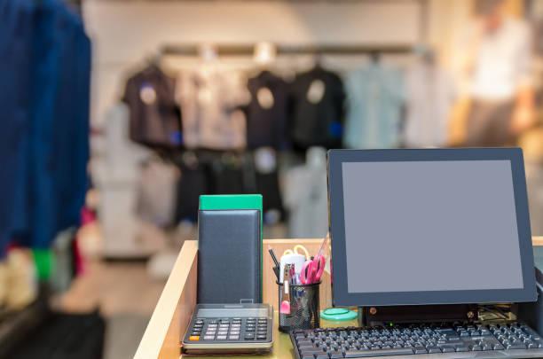 kassierer an der kasse über die abstrakte verschwommenes foto bekleidungsgeschäft in einem einkaufszentrum, business und shopping-konzept in betrieb - klavier verkaufen stock-fotos und bilder
