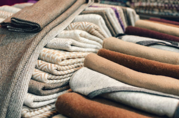 cashmere wool scarves and wraps on a market stall - caxemira imagens e fotografias de stock