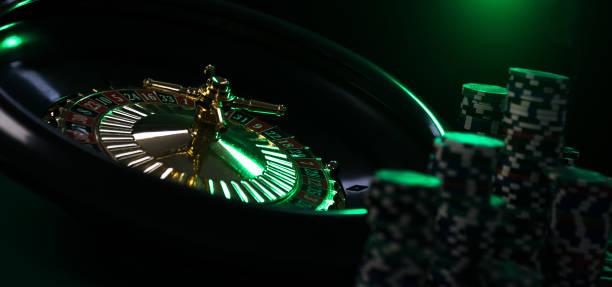 Fondo del Casino, virutas del póker en la tabla del juego, rueda de la ruleta en movimiento, - foto de stock