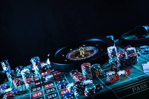Fondo de casino, fichas de póquer en la mesa de juego, ruleta en movimiento, - foto de stock