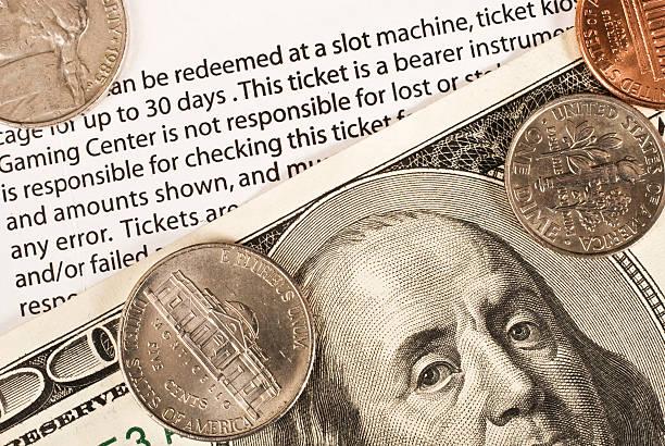 casino-ticket und geld - gutschein bahn stock-fotos und bilder