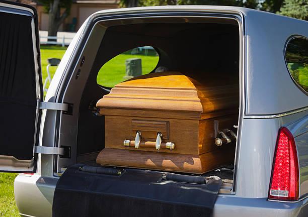 casket a un carro funebre - funerale foto e immagini stock