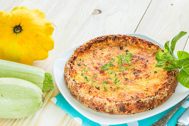 auflauf mit zucchini mit thymian und alten silber besteck - silberzwiebeln stock-fotos und bilder
