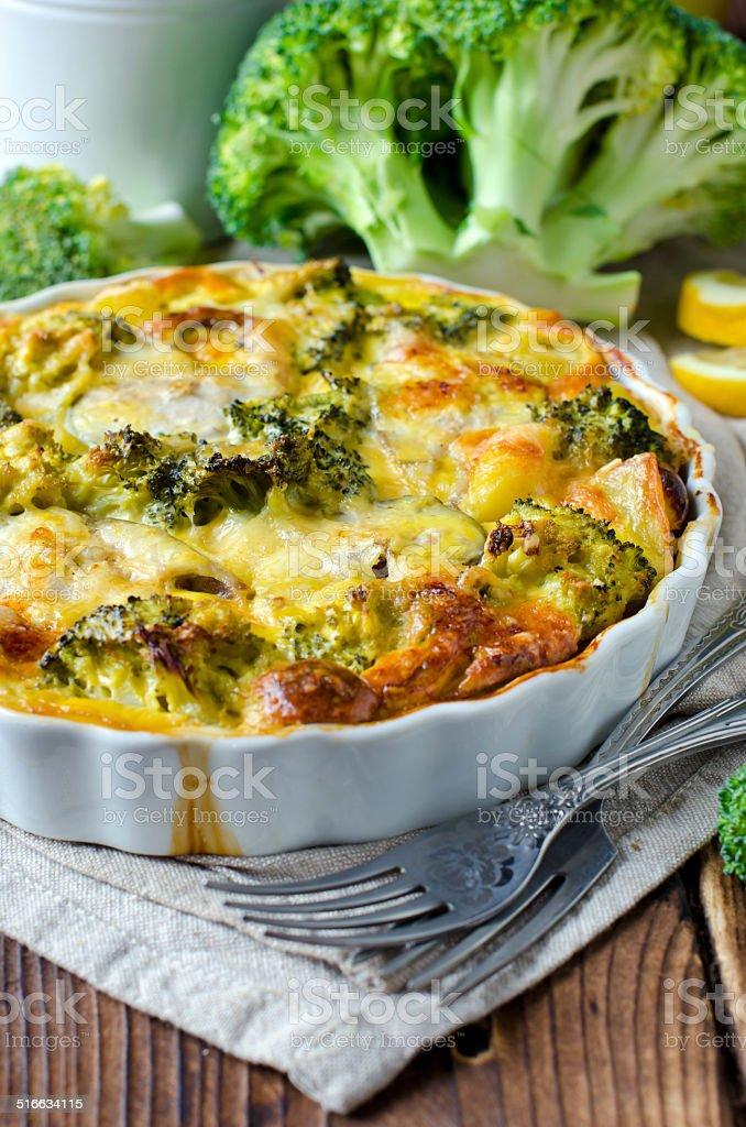 Cazuela con brócoli y de fish - foto de stock