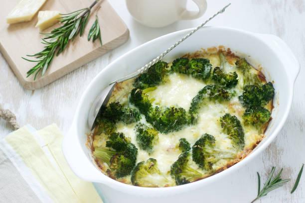 auflauf mit brokkoli, blumenkohl und käse auf einem hellen hintergrund. - gebackener blumenkohl stock-fotos und bilder