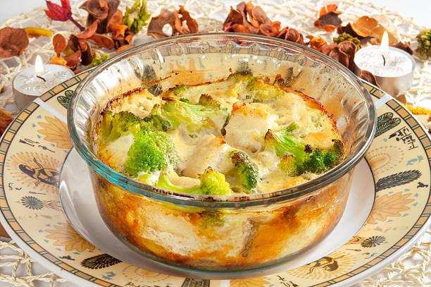 auflauf mit brokkoli, huhn und käse - huhn brokkoli auflauf stock-fotos und bilder