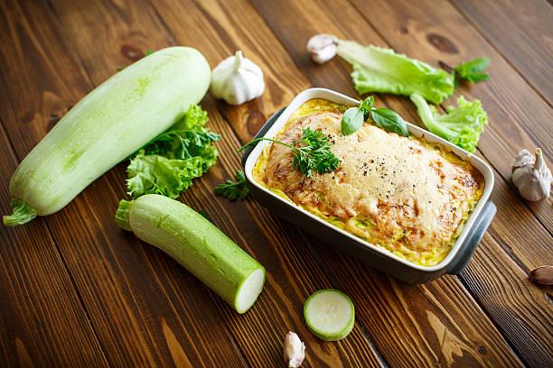 auflauf mit käse und zucchini - käse zucchini backen stock-fotos und bilder