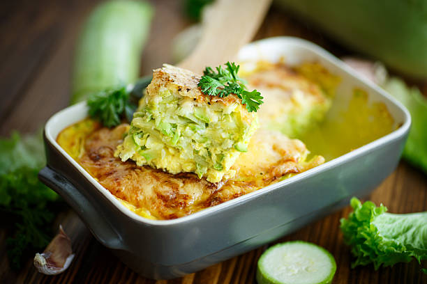 casserole with cheese and zucchini - mergpompoen stockfoto's en -beelden
