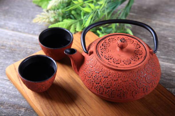 gusseisen teekanne und tassen - keramikteekannen stock-fotos und bilder