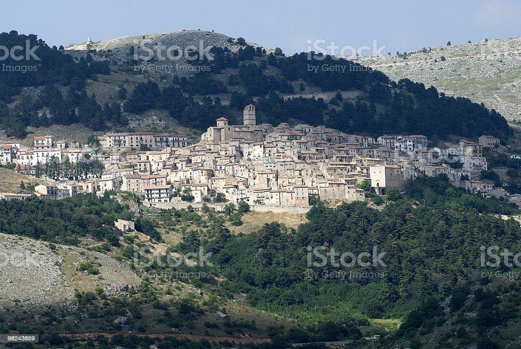 카스텔 델 몬테 (L;'Aquila, 아브루치), 파노라마 전망 royalty-free 스톡 사진