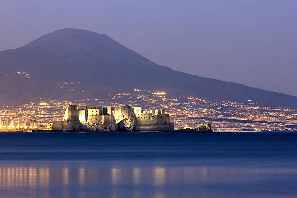 Castel dell'Ovo mit Vesuvs im Hintergrund in Naples – Foto