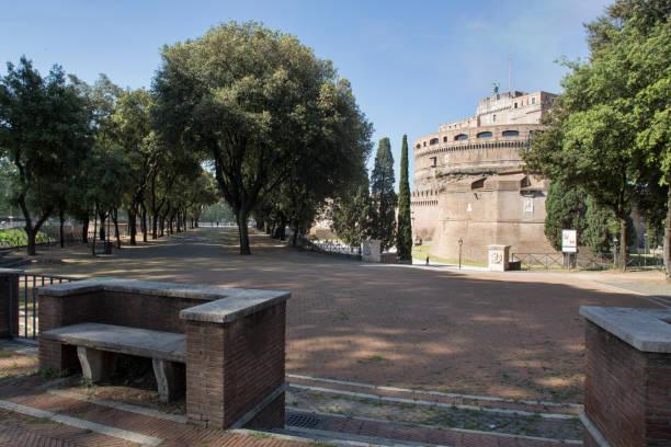 castel sant'angelo vertical view - roma foto e immagini stock