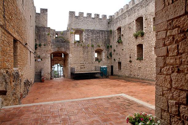 castello medievale - rustikaler hinterhof stock-fotos und bilder