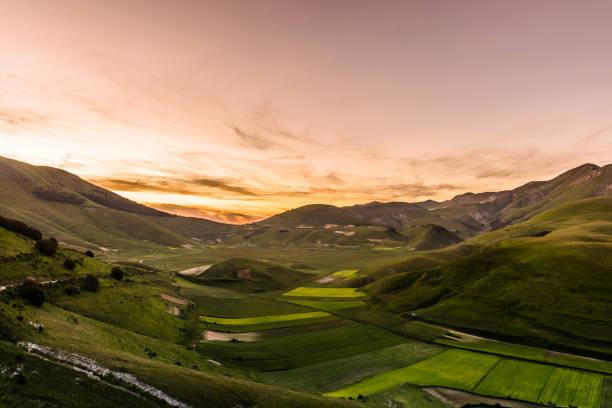 Castelluccio di Norcia - puesta de sol - foto de stock