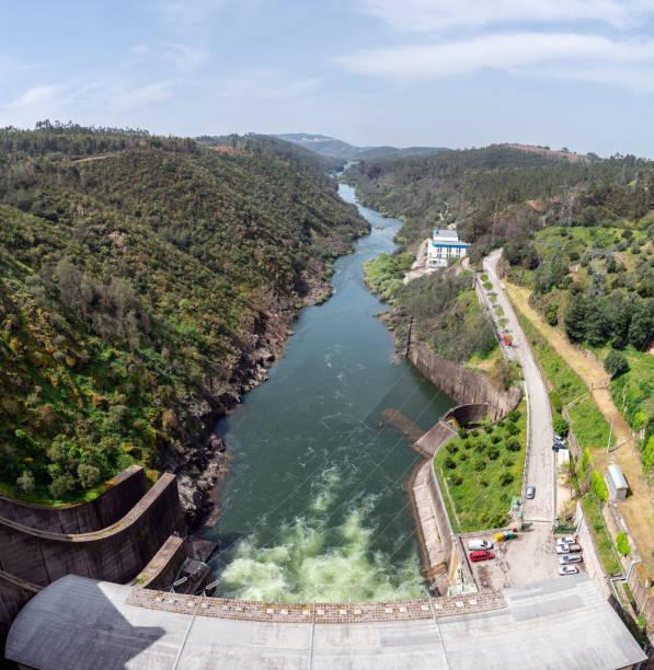 castelo de bode dam in tomar, portugal - fotos de barragem portugal imagens e fotografias de stock