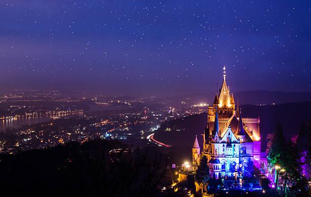castle dragonstone at the river rhine during the night - rhein stock-fotos und bilder