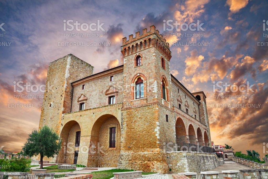 Castillo de Crecchio, Abruzzo, Italia - foto de stock