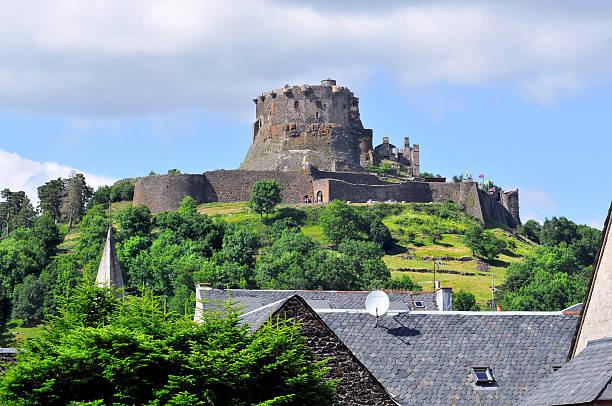 château de murol en france - chaine des puys photos et images de collection
