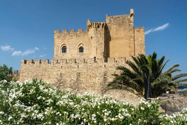 Castelo de Roseto, Calábria, no verão - foto de acervo