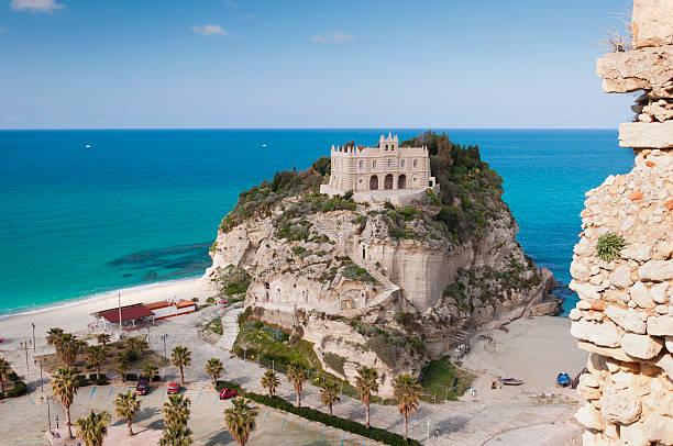 castello su un'isola-trorea italia - foto di tropea foto e immagini stock